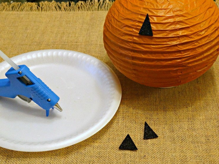 DIY Halloween Lanterns Pumpkin Energizer Eco Advanced hot glue the faces
