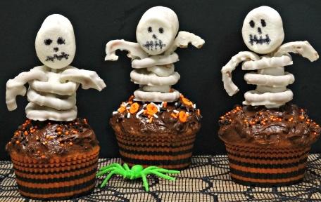 Last Minute Halloween Treats skeleton cupcakes