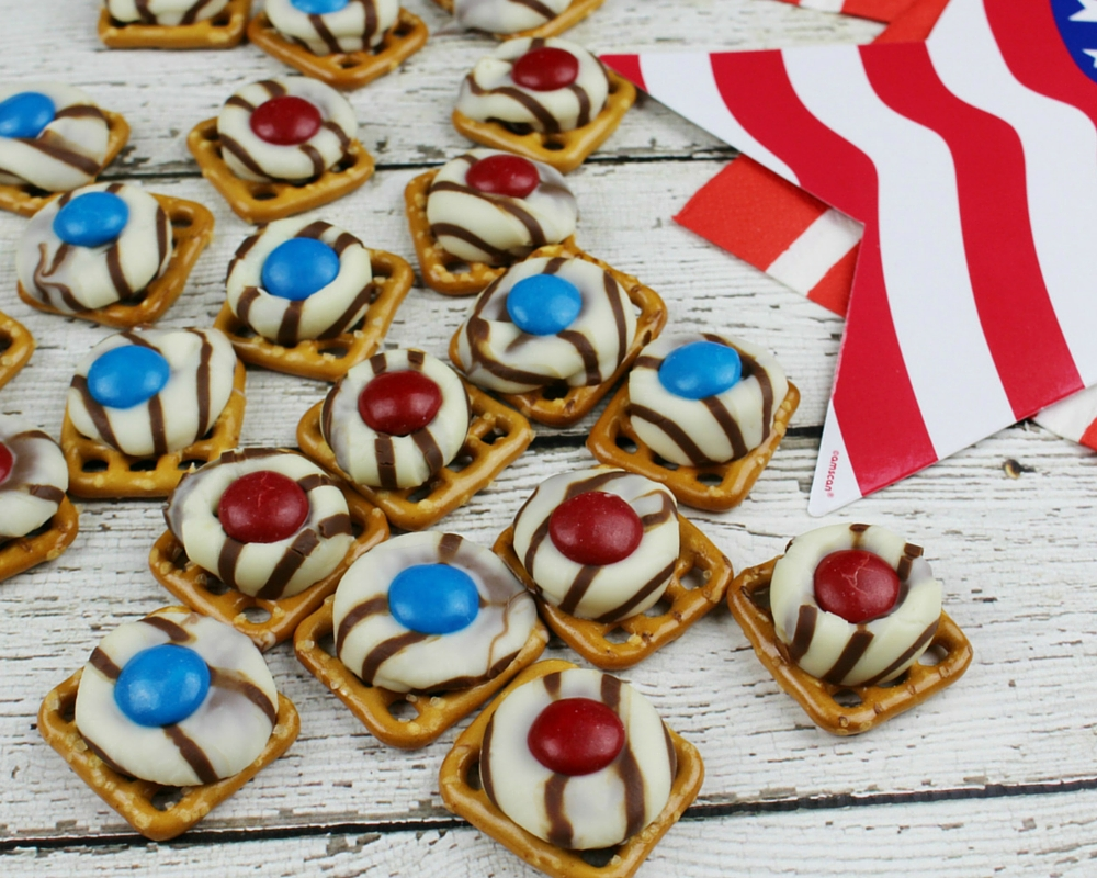 The sweet taste of chocolate combined with the salty taste of pretzels just can't be beat! Add in patriotic colors and these Patriotic Pretzel Hugs become perfect for your 4th of July celebration!