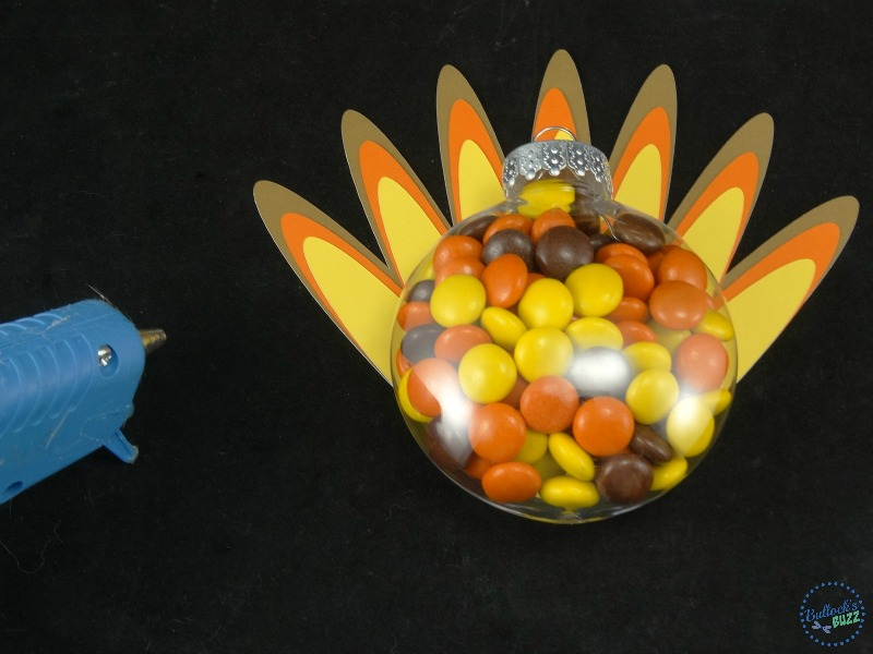 thanksgiving-turkey-treats-gliuee-fetahers-to-back-of-ornament