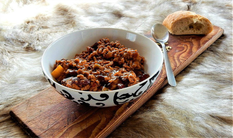 bowl of chili with crackers
