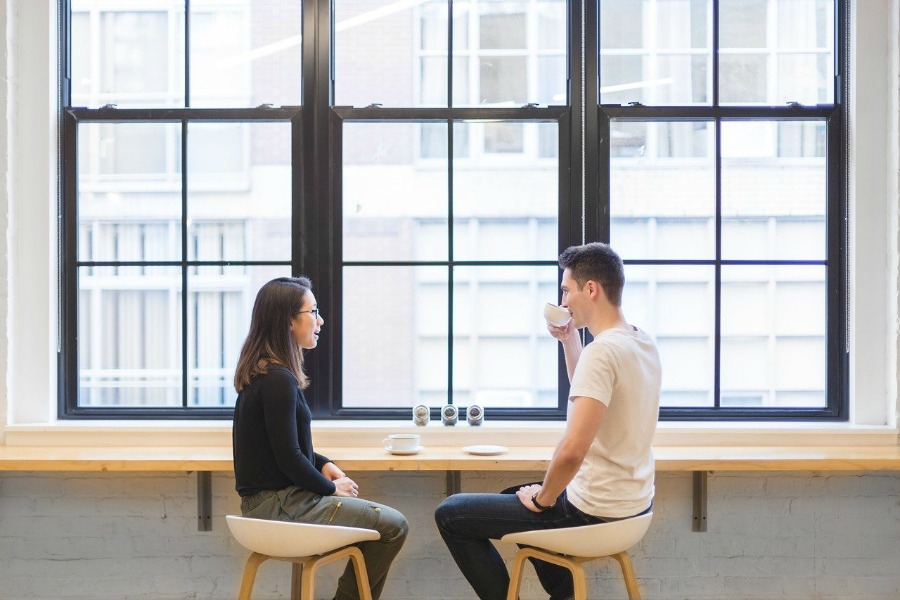 tinder tips for women have first date in a public place like these two people in a coffee shop