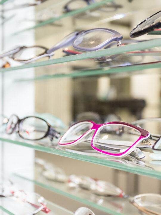 eyeglasses display showing the differences between men's and women's eyeglasses