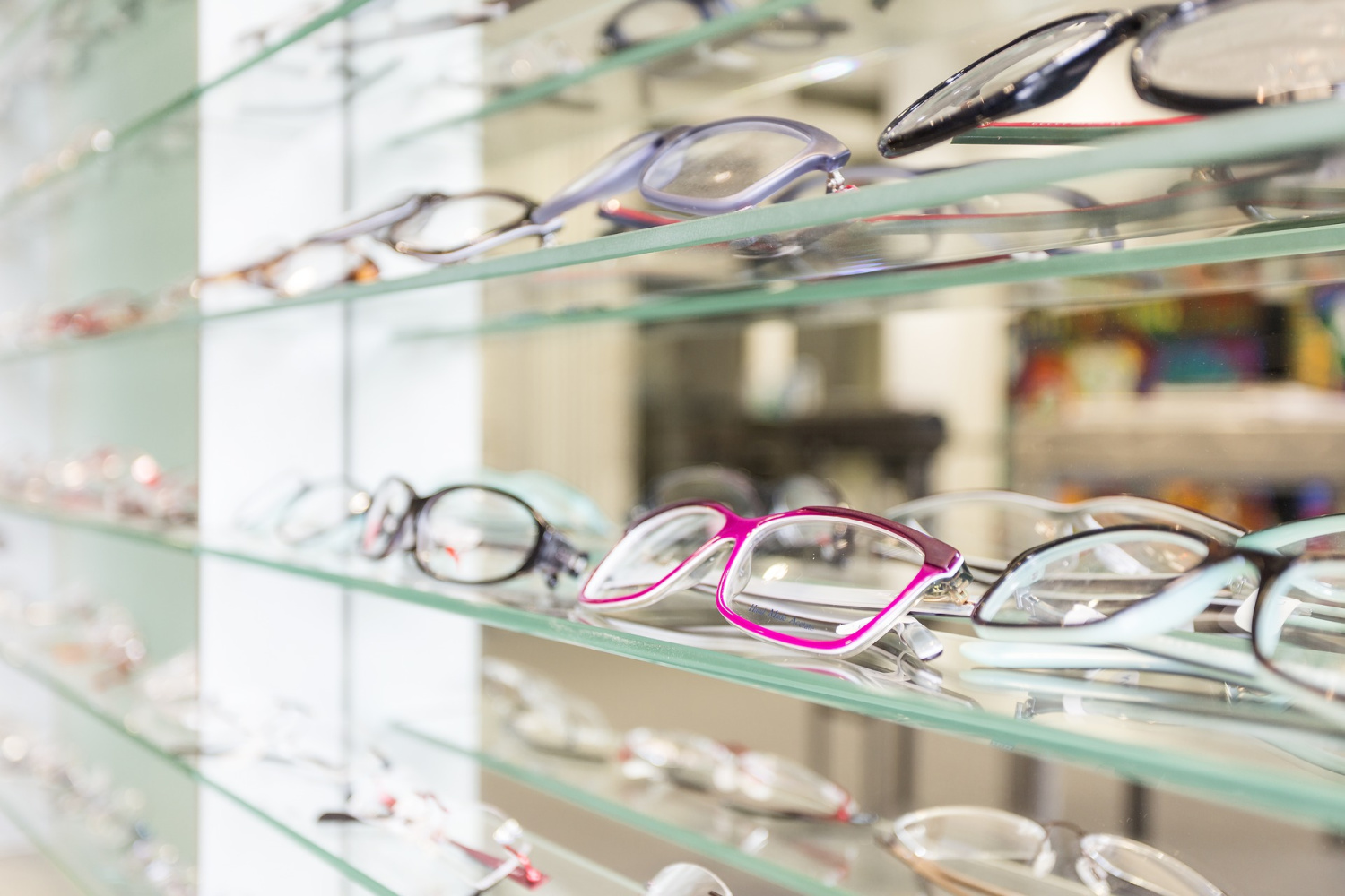 display of glasses showing the differences between men's and women's eyeglasses